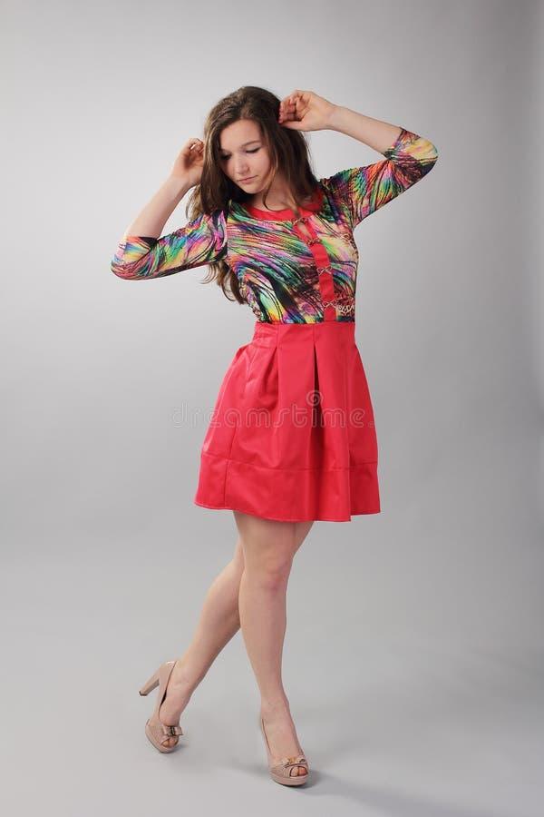 Das Mädchen in der roten Kleideraufstellung stockfotos