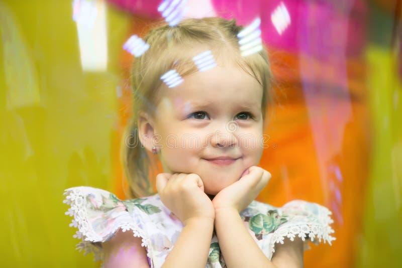 Das Mädchen in der Seifenblase stockfoto