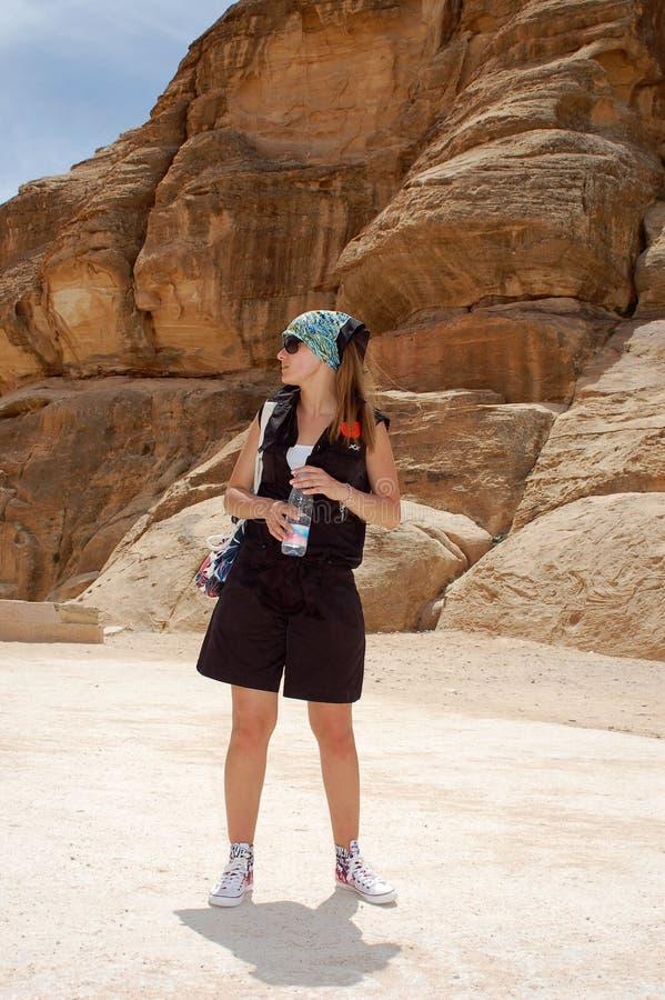 Das Mädchen der Tourist an der Exkursion lizenzfreie stockfotografie
