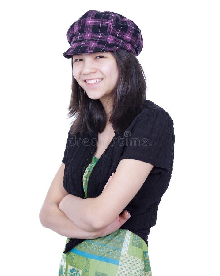 Das Mädchen des jungen jugendlich, das lächelt, Arme kreuzte und trug Hut stockfotos