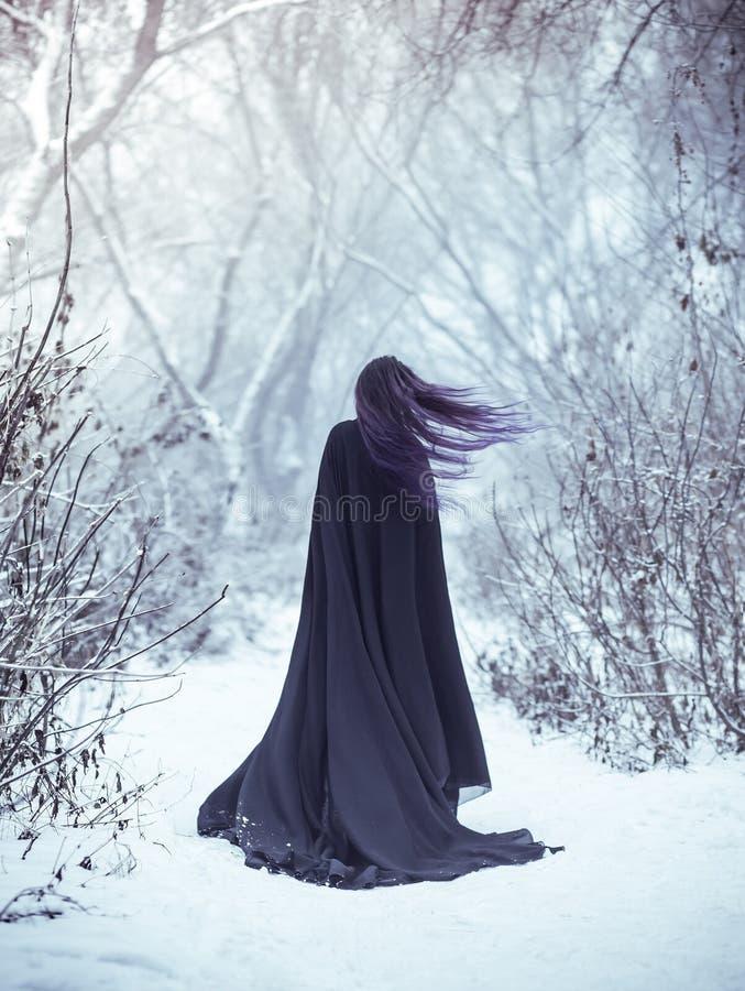Das Mädchen ein Dämon geht allein stockbild