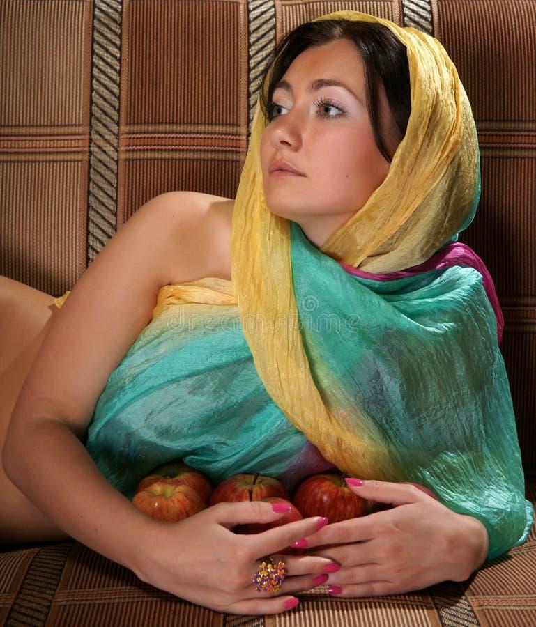 Das Mädchen in einem Schal stockbild