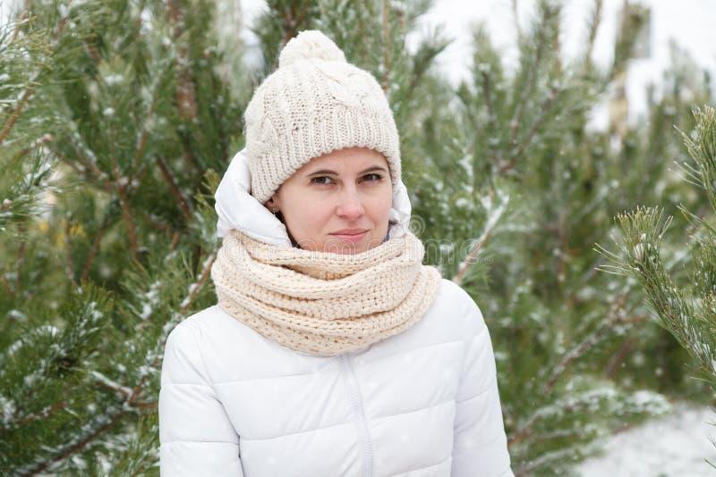 Das Mädchen in einem Weiß unten-aufgefüllten Mantel stockfoto