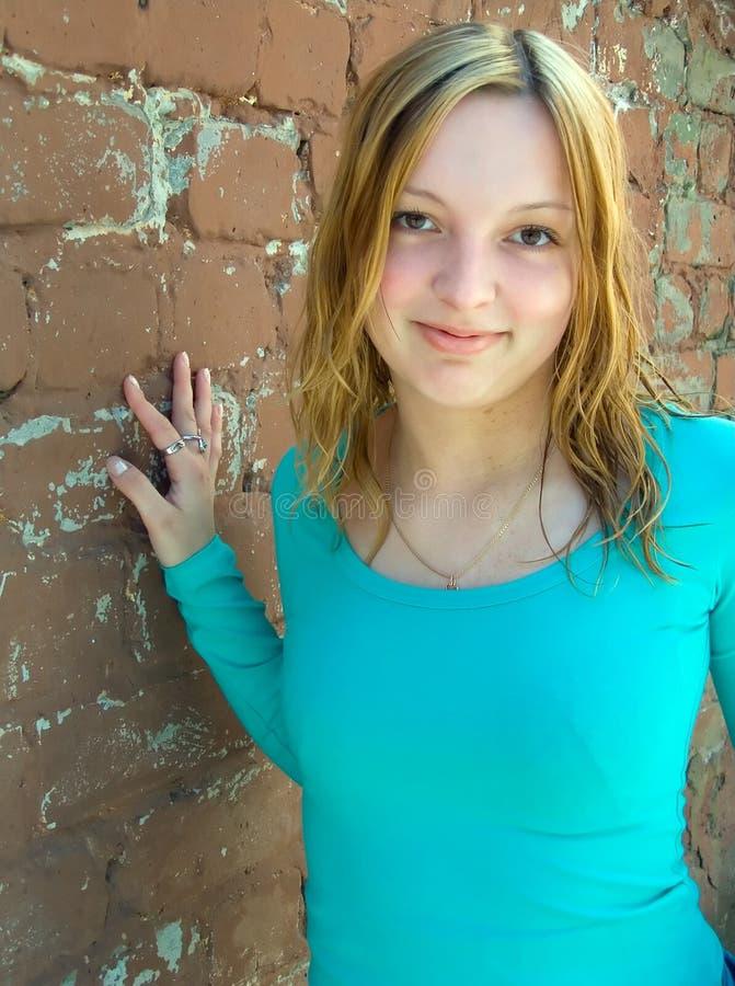 Das Mädchen an einer Wand stockbilder