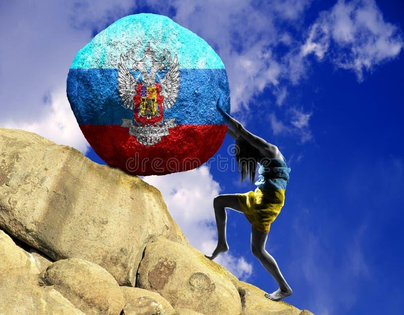 Das Mädchen, eingewickelt in der Flagge von Ukraine, hebt einen Stein zur Spitze in Form eines Schattenbildes der Flagge der Luha lizenzfreie abbildung