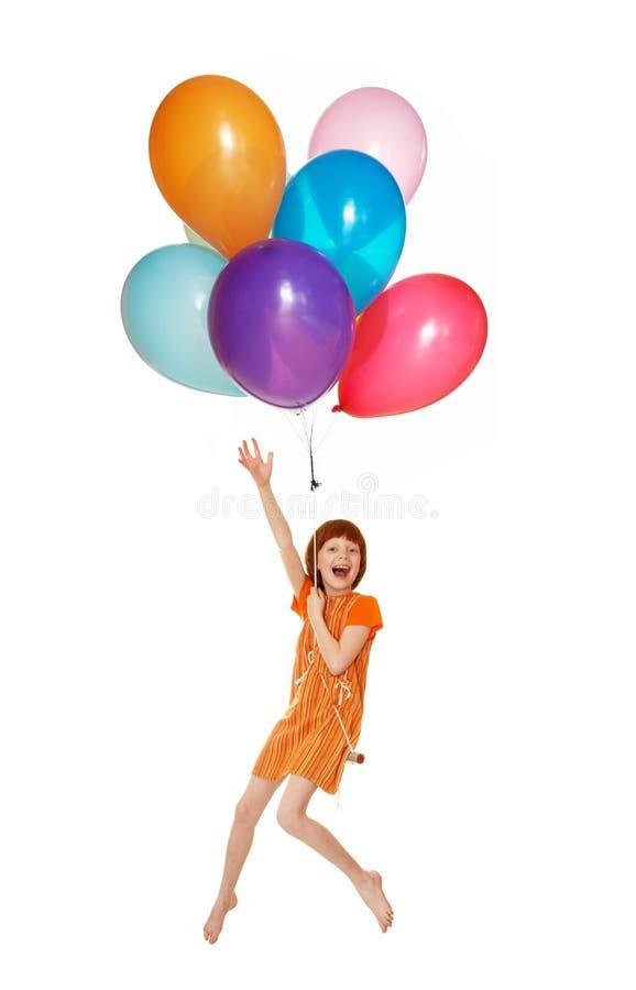 Das Mädchen fliegt auf Ballone lizenzfreie stockfotografie