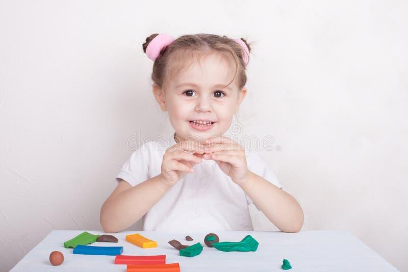 Das Mädchen formt vom Plasticine lizenzfreie stockbilder