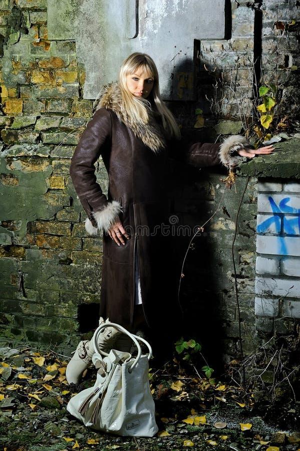 Das Mädchen gegen Ziegelsteinwand stockbild