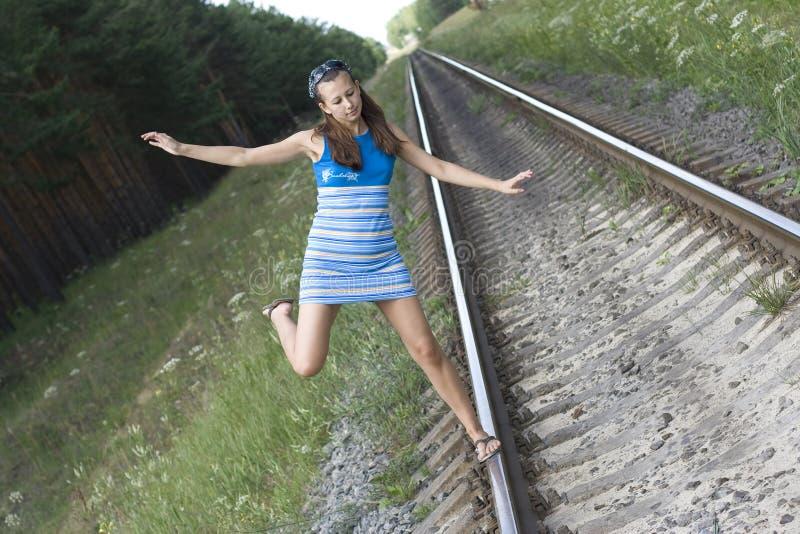 Das Mädchen geht auf Schienen stockfotos
