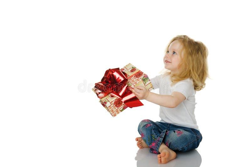 Das Mädchen gibt ein Geschenk lizenzfreie stockfotos