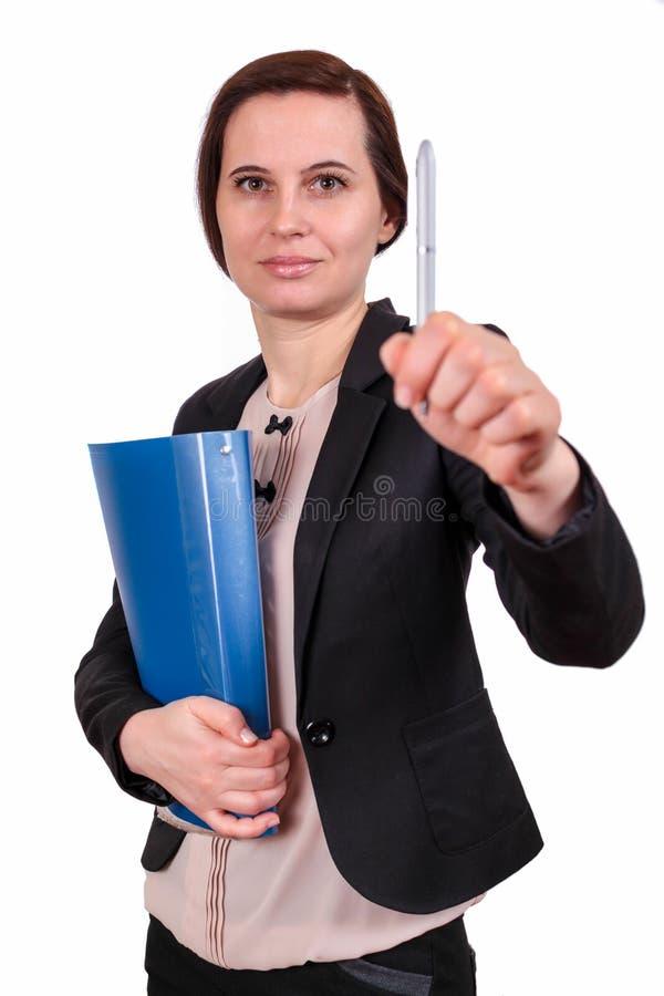 Das Mädchen hält Dokumente und einen Stift in der Hand stockfotos