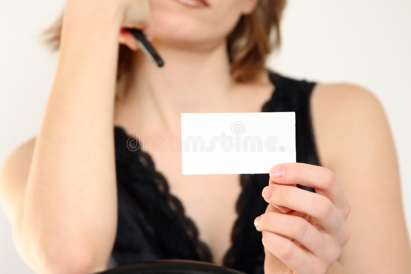 Das Mädchen hält ein Blatt an stockbilder