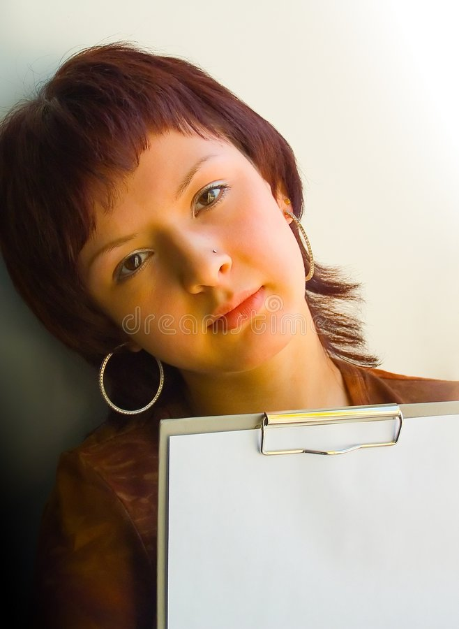 Das Mädchen hält ein Papier an stockbilder