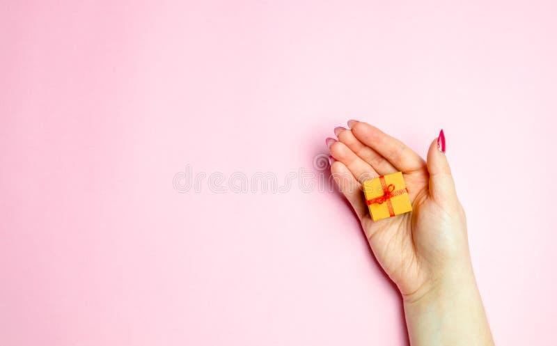 Das Mädchen hält heraus ein Geschenk Konzept-Geschenke für Ihr geliebtes am Valentinstag Machen Sie es nett, das rechte Geschenk  lizenzfreies stockfoto