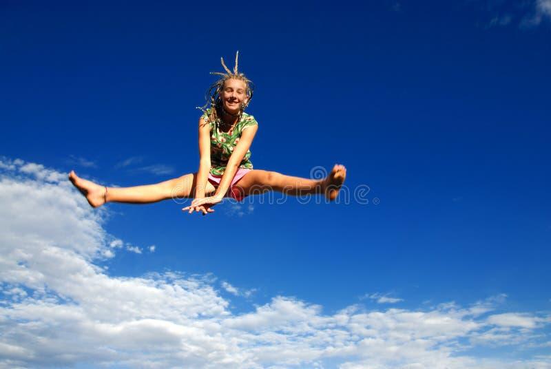Das Mädchen hoch springend in einer Luft stockfotos