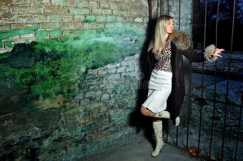 Das Mädchen im alten Bereich stockfotos