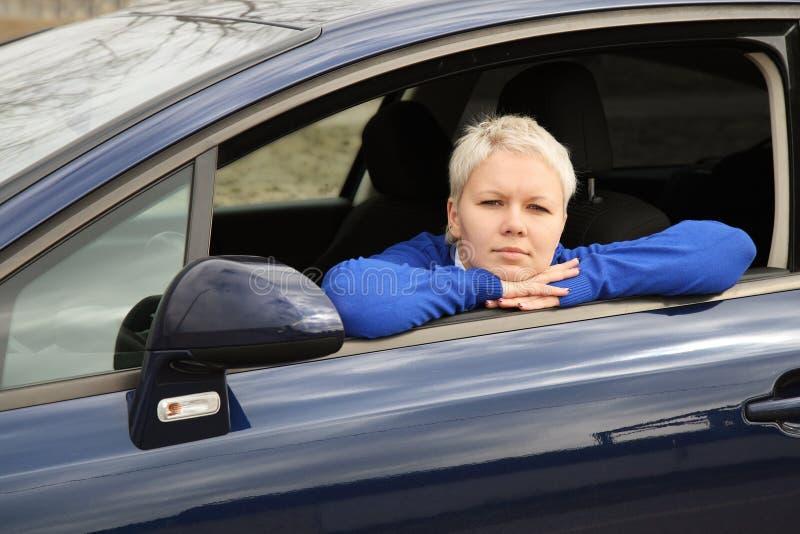 Das Mädchen im Auto lizenzfreies stockbild