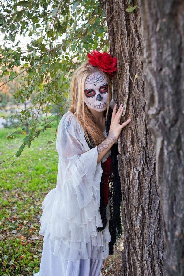 Das Mädchen im Bild von Santa Muerte lizenzfreies stockbild