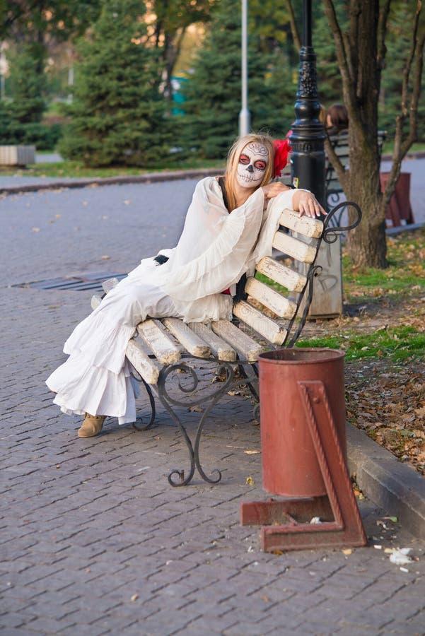Das Mädchen im Bild von Santa Muerte lizenzfreie stockfotografie