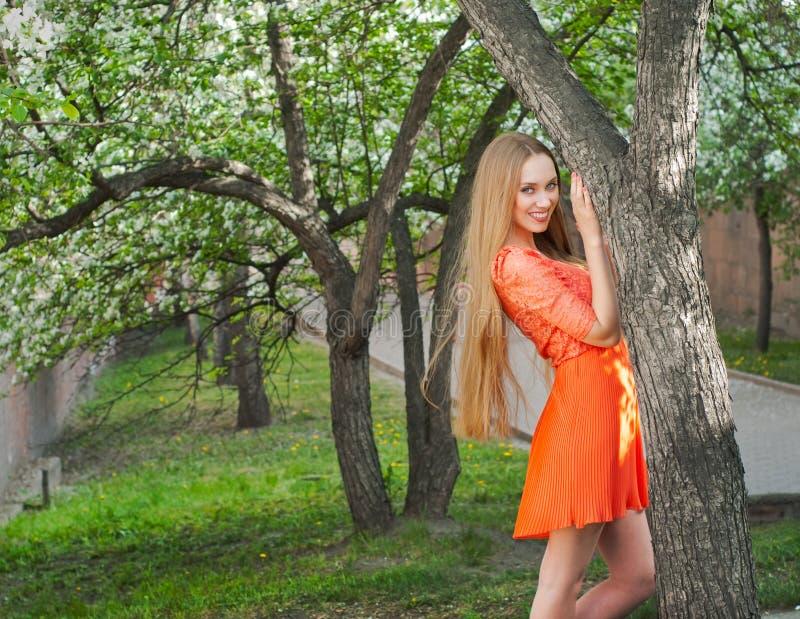 Das Mädchen im Garten stockfotografie