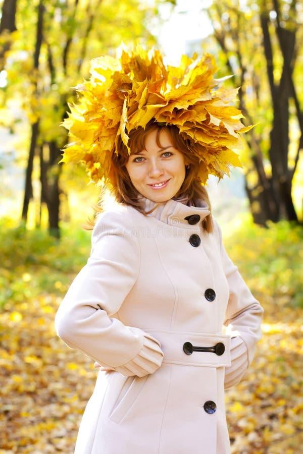 Das Mädchen im Goldlaub stockfoto