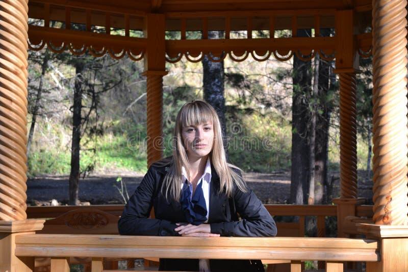 Das Mädchen im hölzernen gazero stockfoto