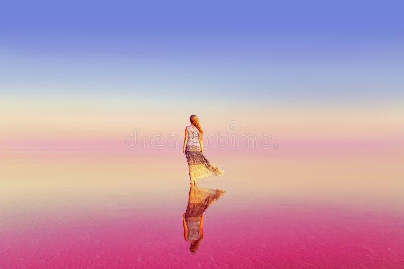 Das Mädchen im rosa See Zwischen Himmel und Erde stockfotos