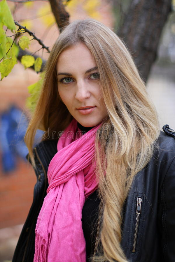 Das Mädchen im rosafarbenen Schal lizenzfreie stockfotos