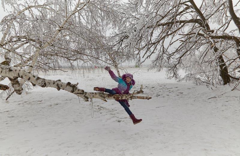 Das Mädchen im Winterholz stockfoto