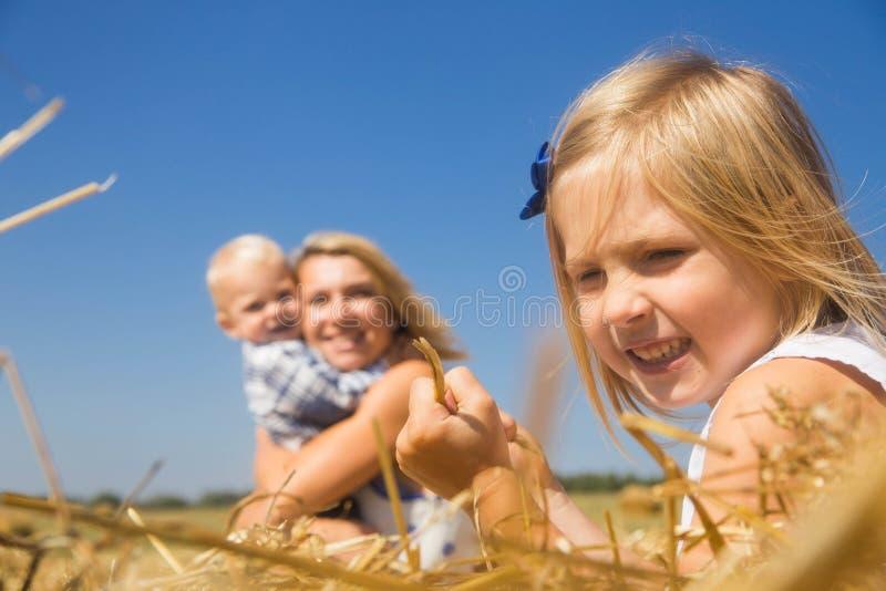 Das Mädchen ist eifersüchtig von ihrer Mutter zu ihrem Bruder und verärgert lizenzfreie stockfotografie