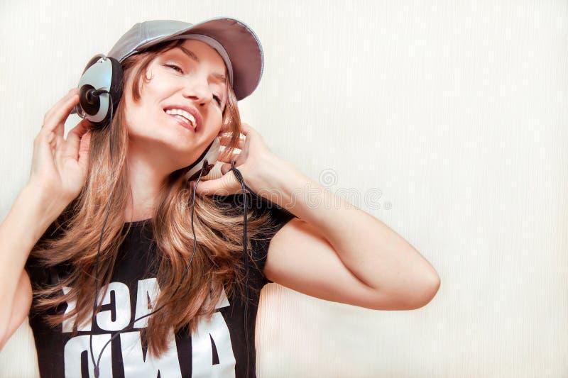 Das Mädchen ist hörende Musik. stockfotografie