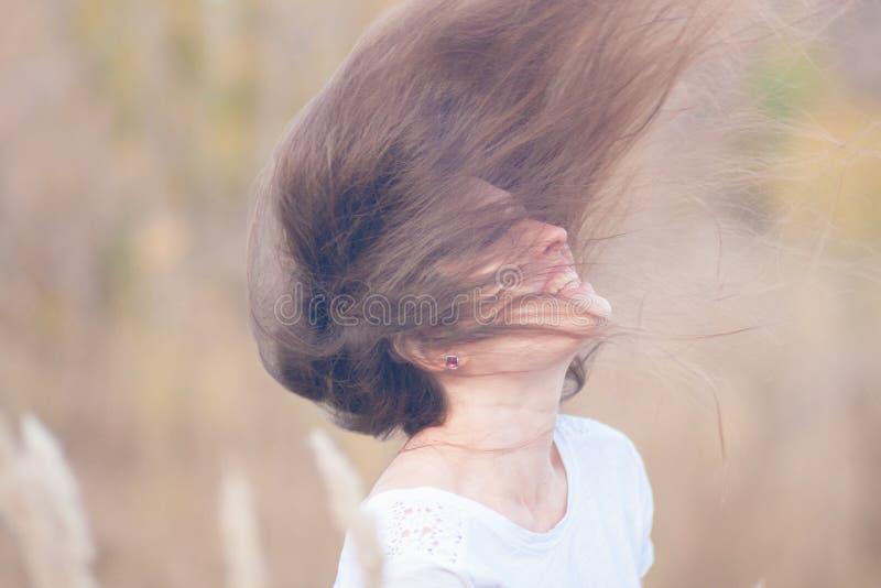 das Mädchen ist schönes und junges gesundes lizenzfreies stockbild