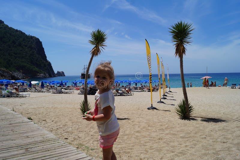 Das Mädchen am Kleopatra-Strand stockfotografie