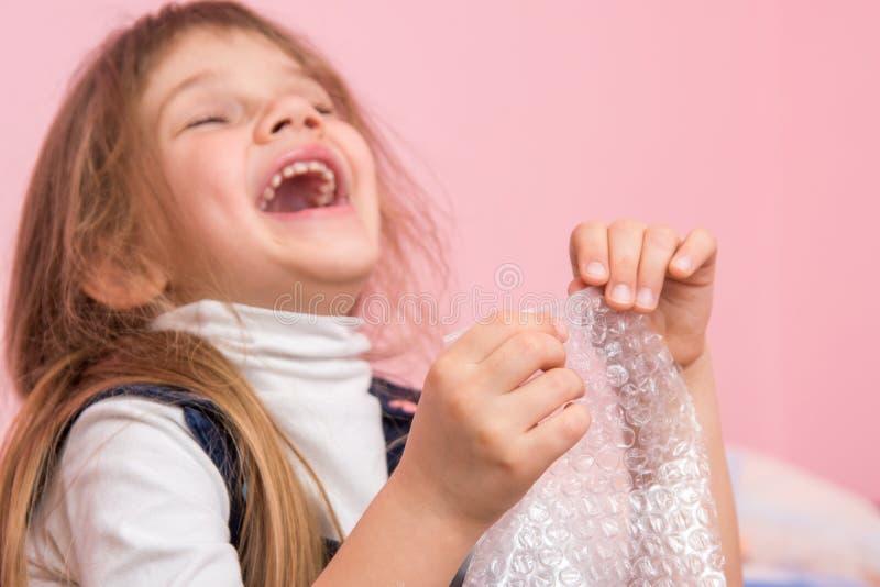 Das Mädchen lacht ansteckend, playfield Bälle auf Verpackungstasche lizenzfreies stockbild