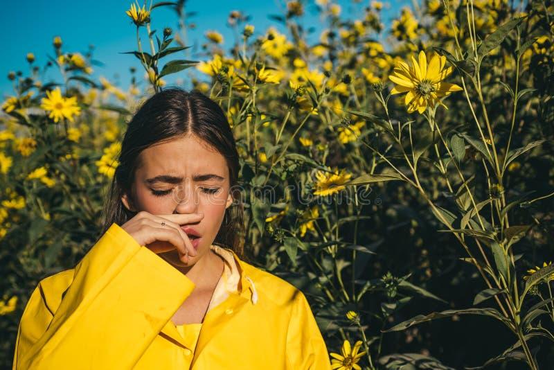 Das Mädchen leidet unter Pollenallergie während des Blühens und benutzt Servietten Junge Frau erhielt Nasenallergie, niesende Nas stockfoto