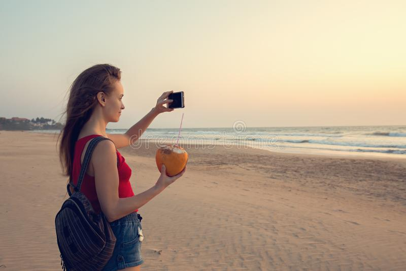 Das Mädchen macht Fotos stockbilder