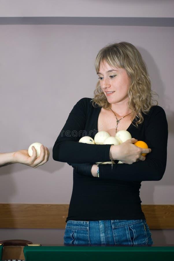 Das Mädchen mit Billiardkugeln stockbild