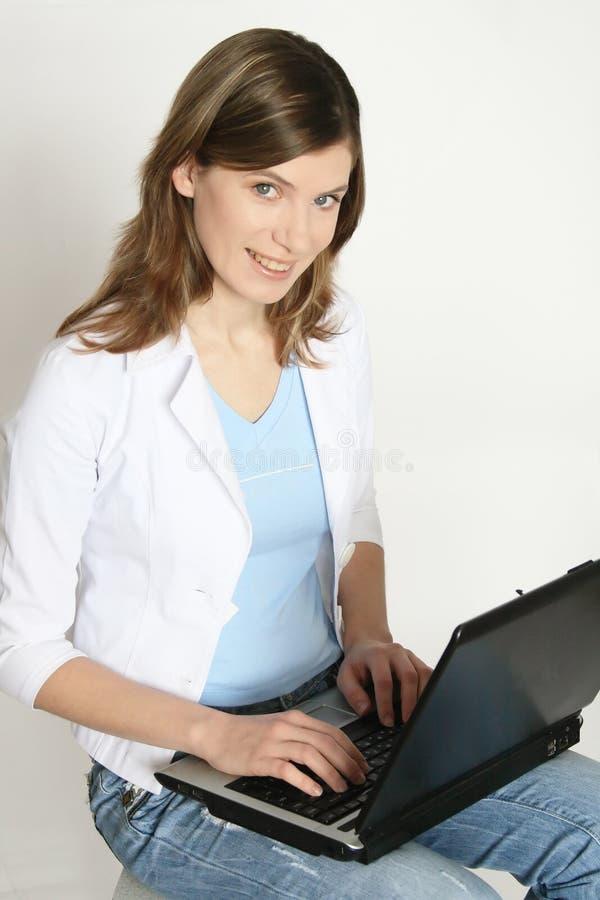 Das Mädchen mit dem Laptop stockfoto