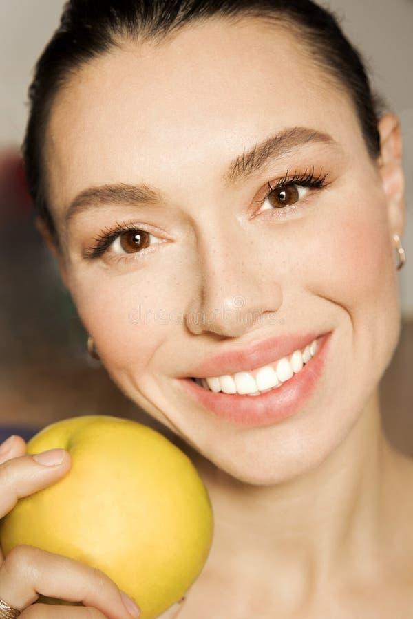 Das Mädchen mit den weißen Zähnen mit einem schönen Lächeln lizenzfreie stockbilder