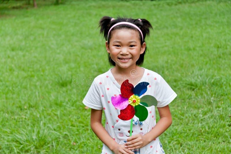 Das Mädchen mit der Windmühle lizenzfreie stockfotografie