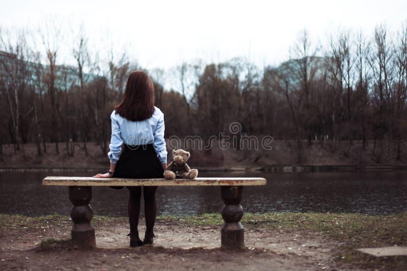 Das Mädchen mit einem Bären lizenzfreie stockfotos