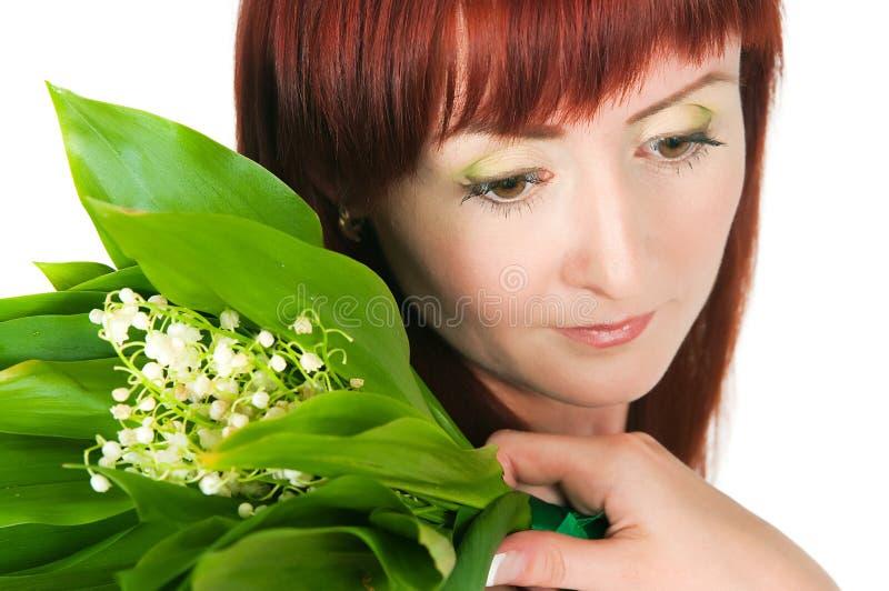 Download Das Mädchen Mit Einem Blumenstrauß Der Lilien Des Tales Stockfoto - Bild von haar, portrait: 27726840