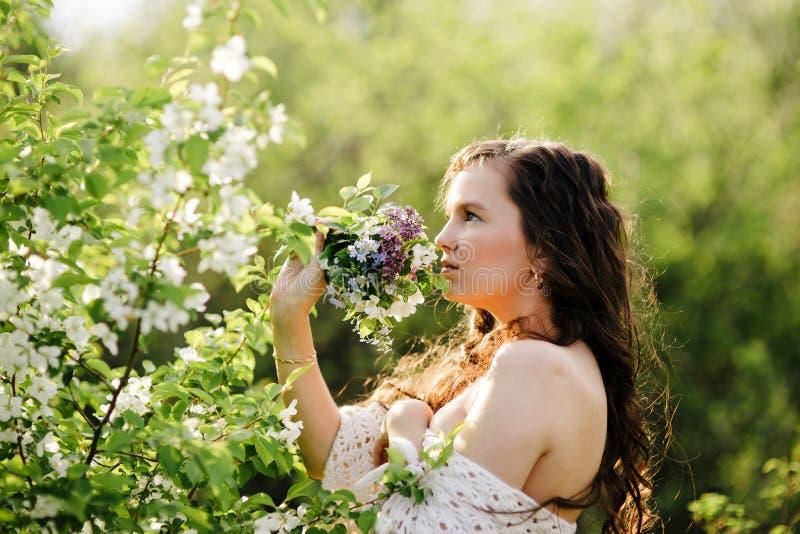 Das Mädchen mit einem Blumenstrauß der wilden Blumen lizenzfreie stockbilder