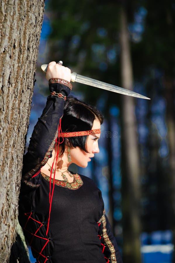Das Mädchen mit einem Dolch lizenzfreies stockbild