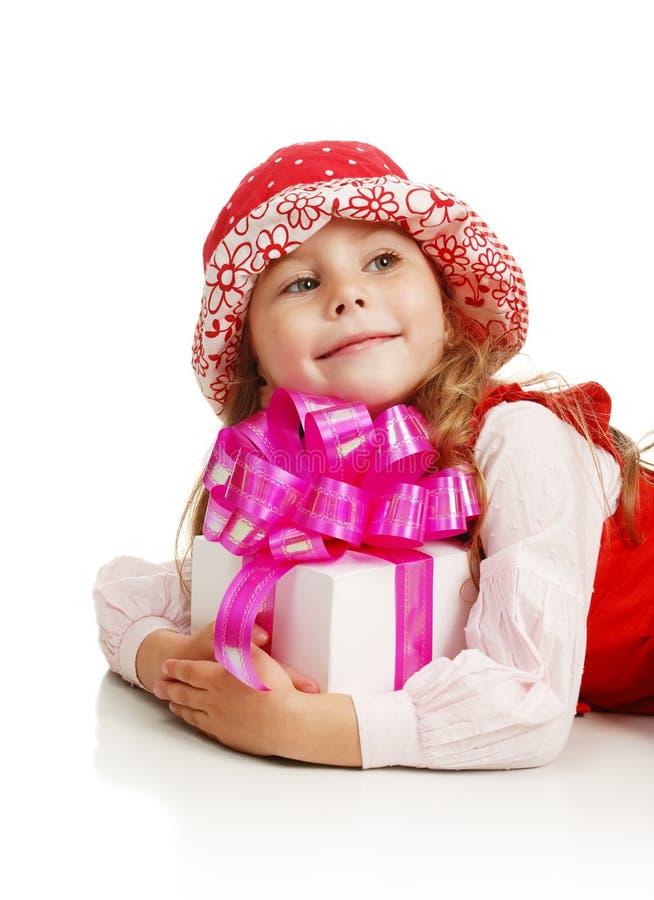 Das Mädchen mit einem Geschenk in den Händen lizenzfreie stockfotografie
