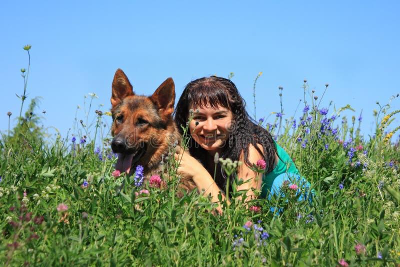 Das Mädchen mit einem Hund stockbild