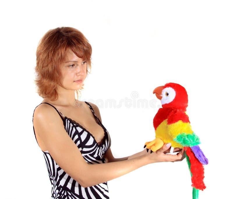 Das Mädchen Mit Einem Spielzeugpapageien Stockfotografie