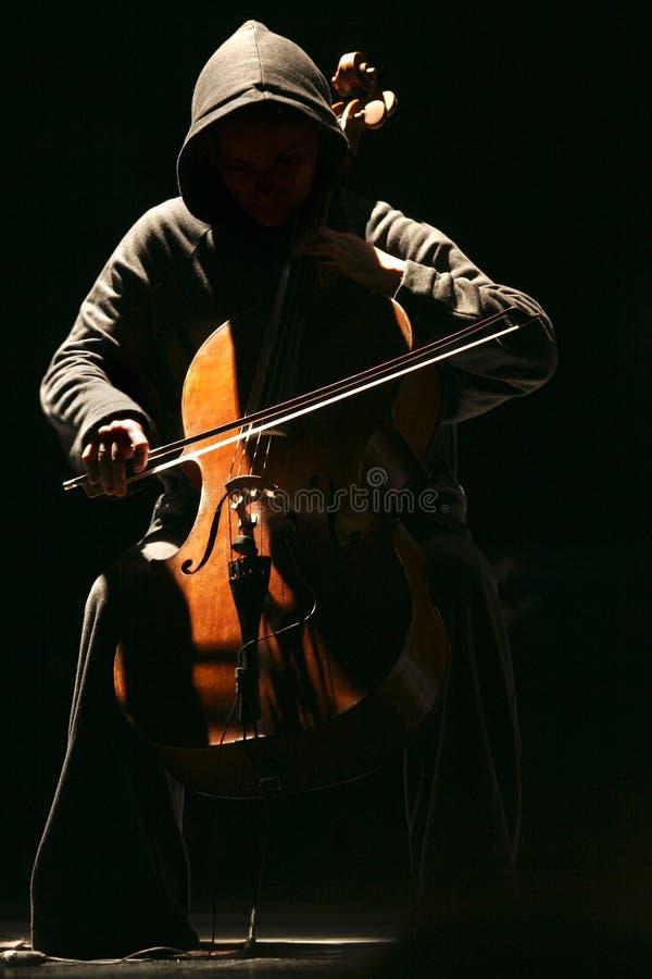 Das Mädchen mit einem Violoncello stockbild
