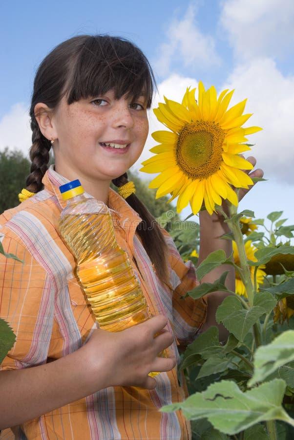 Das Mädchen mit Sonnenblume stockbilder