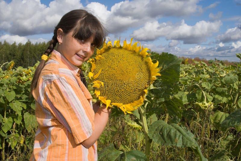 Das Mädchen mit Sonnenblume stockfotografie